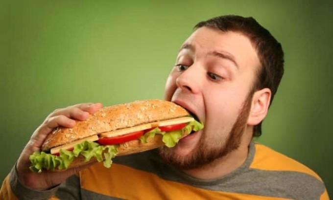 При частом переедании повышается риск развития панкреатита