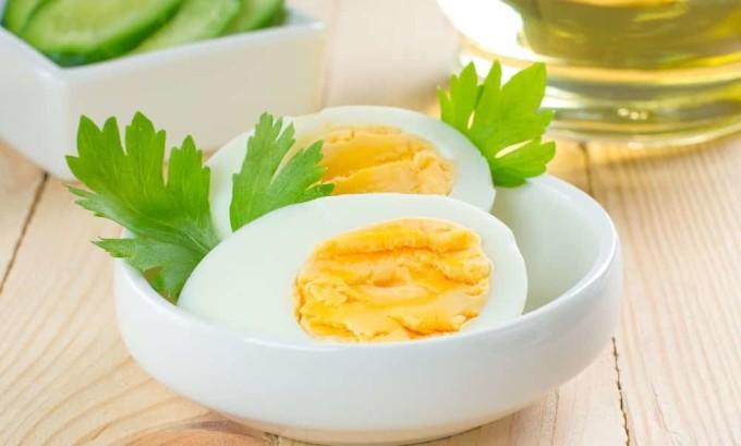 Яйца содержат высококачественный протеин, который полезен при гипотиреозе