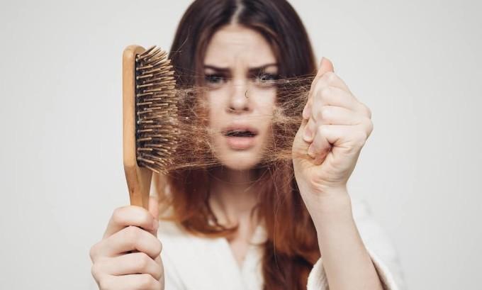 При тиреотоксикозе нередко отмечается, что волосы становятся ломкими, начинают выпадать без видимых причин