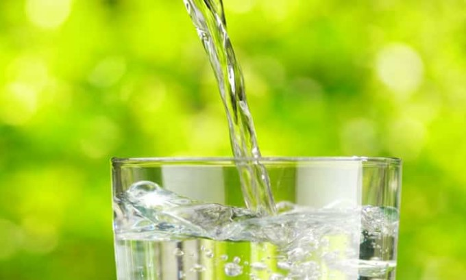 В сутки пациент должен принимать не менее 2,5 л воды. Если у него острая форма цистита, то надо пить еще больше
