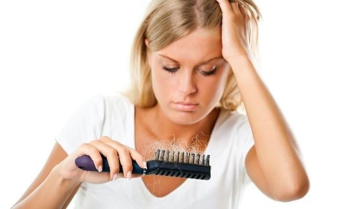 Развивающаяся в щитовидной железе болезнь провоцирует выпадение волос