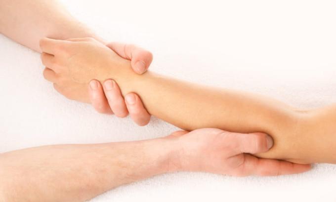 Первое, чего обычно требует лечение лимфостаза руки после мастэктомии, это обеспечение нормального кровообращения, способствующего скорейшему спаду отека. Способствовать данному явлению отлично могут физиопроцедуры и лечебный массаж