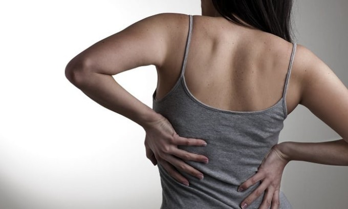Одним из признаков заболевания являются неприятные ощущения, которые появляются в позвоночнике