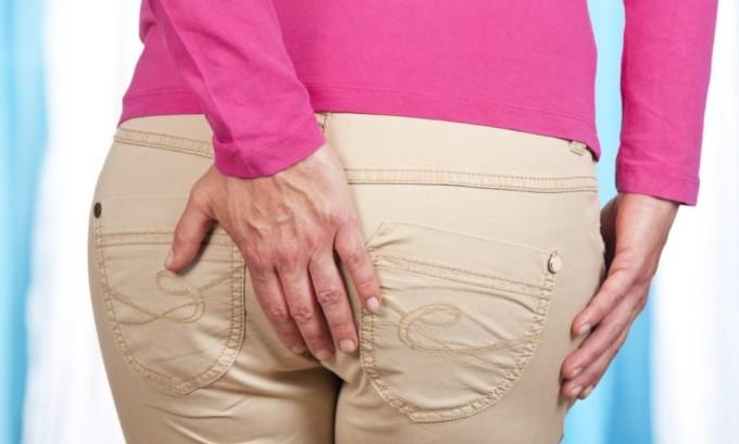 К осложнениям вируса герпеса относят появление трещин прямой кишки