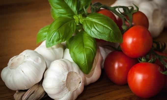 В чесноке содержится селен, который необходим для поддержания здоровья щитовидной железы