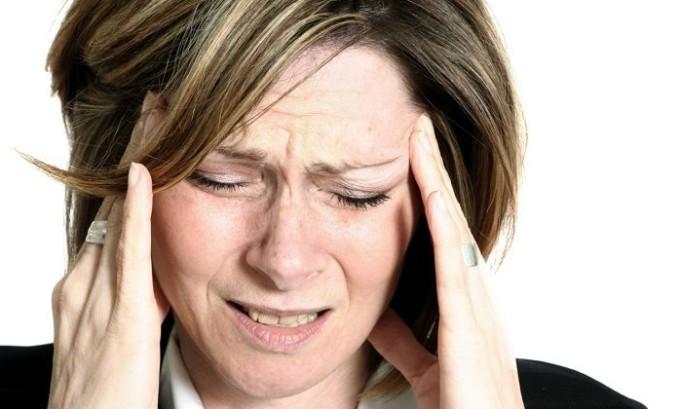 При гипотиреозе женщина может страдать головными болями