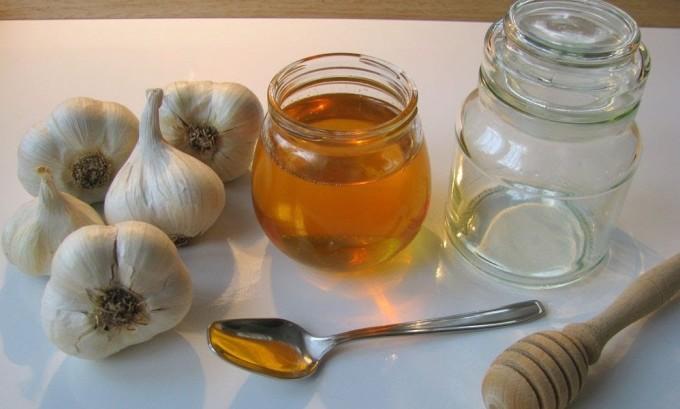 Домашняя мазь против герпеса делается на основе меда и чеснока
