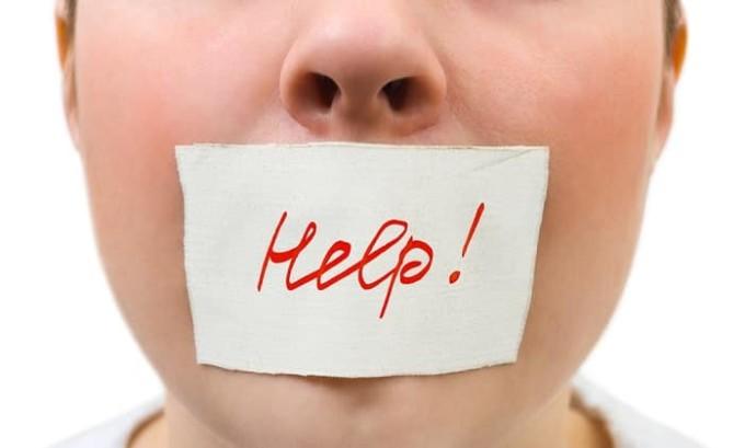Отек затрагивает язык больного и голосовые связки. Из-за этого голос может огрубеть, а речь — стать невнятной