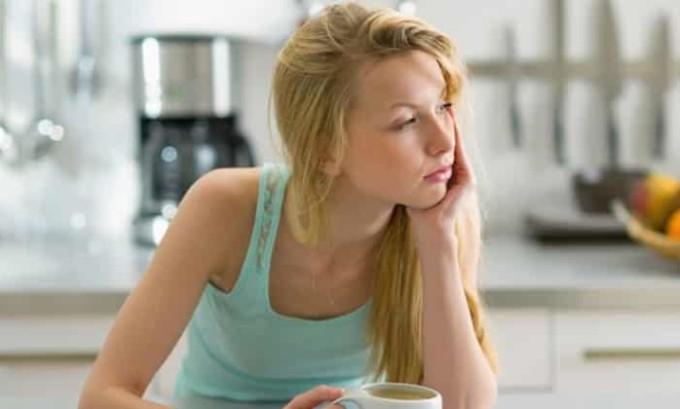 На начальной стадии человек начинает ощущать слабость и сонливость, он быстро устает, жалуется на частую головную боль, начинаются проблемы с памятью