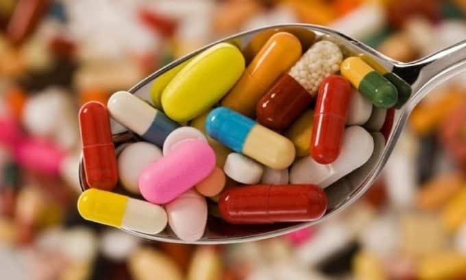 Необходимо принимать препараты в форме таблеток, которые способствуют снижению вязкости крови, а также укрепляют кровеносные сосуды