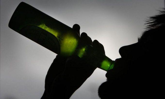 Алкоголь вызывает напряжение нервной системы, поэтому может спровоцировать развитие опоясывающего лишая