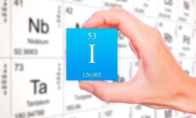 Среди причин возникновения заболеваний щитовидки выделяют дефицит микроэлементов и витаминов, в частности, йода