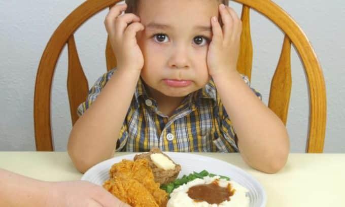 Во время обострения заболевания нельзя давать ребенку копченные, острые и консервированные продукты