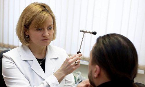 Неврологическое обследование позволяет выявить полусопорозное состояние пациента, снижение скорости реакции и заторможенность основных рефлексов