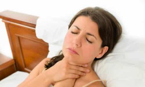Первые признаки заболевания проявляются незначительными болевыми ощущениями при прощупывании, затруднением при глотании, ощущением сдавливания горла, общей слабостью, ломотой суставов