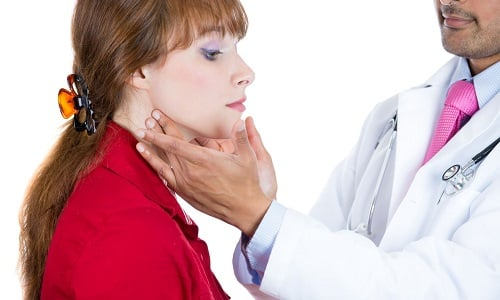 Аутоиммунный тиреоидит характеризуется воспалением тканей щитовидки, которое связано с повреждением и разрушением фолликулов и фолликулярных клеток железы