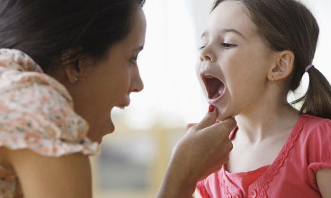 Если в это время у ребенка изо рта слышен неприятный запах и усиленно выделяется слюна, следует осмотреть ротовую полость на предмет появления отеков, пузырьков или язв