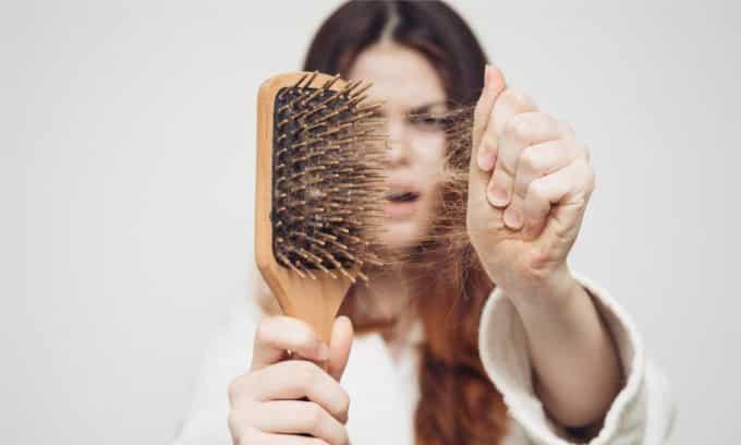 Выпадение волос может указывать на проблемы с щитовидной железой