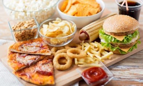 Симптомы панкреатита при хронической форме имеют место на фоне употребления провоцирующих эту патологию веществ, в том числе алкоголя, шоколада, кофе, острой, жирной или жареной пищи