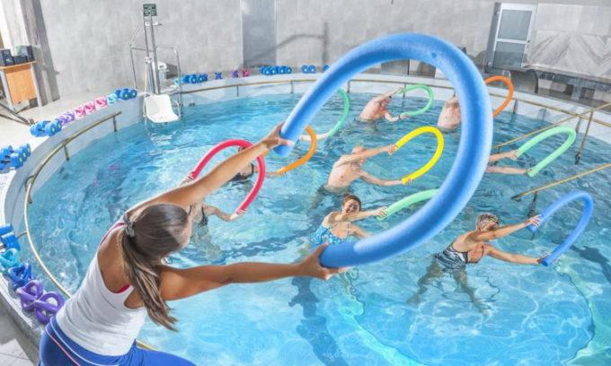Аква-аэробика или плавание разгружает и расслабляет ноги. Вода массирует тело; тонизирует мышцы, расслабляя их; убирает отечность; улучшается кровоток, так как сердечная мышца начинает работать лучше