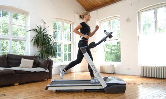 Прогулка на беговой дорожке должна продолжаться 10-15 минут во избежание перегрузки мышц ног