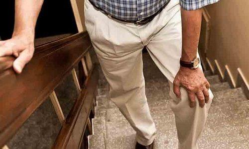 Больной может испытывать сильнейший дискомфорт, боль при ходьбе. Связано это с тем, что язва постепенно как бы поглощает мягкие ткани, разрушая их и кость