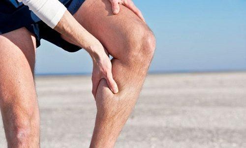 При острой форме болезни у человека начинают сильно болеть ноги
