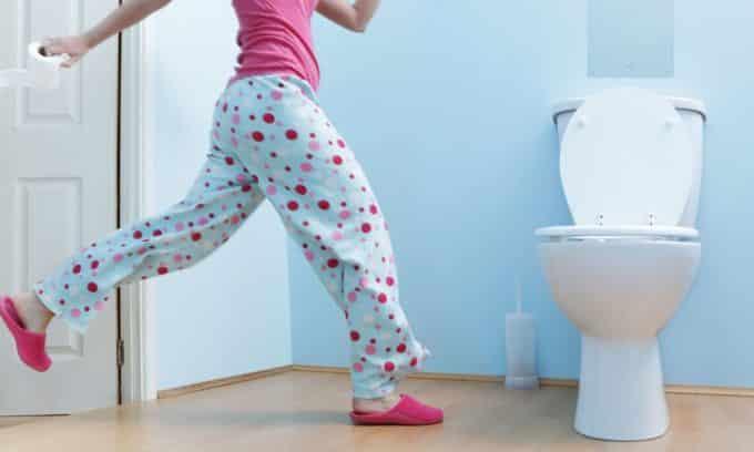 Частые походы в туалет с маленьким количеством выделяемой жидкости является симптомом цистита у женщин