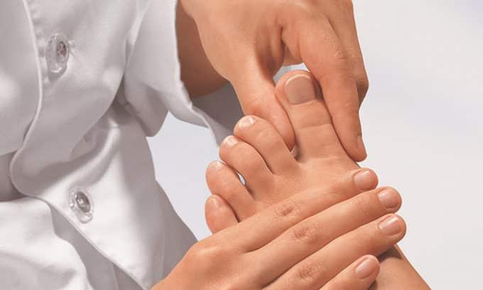 Конец ногтевой пластины должен слега выступать над мягкой тканью
