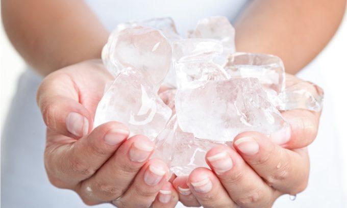 Для успокоения зуда, снижения воспаления, можно приложить к пораженной области ледовый компресс