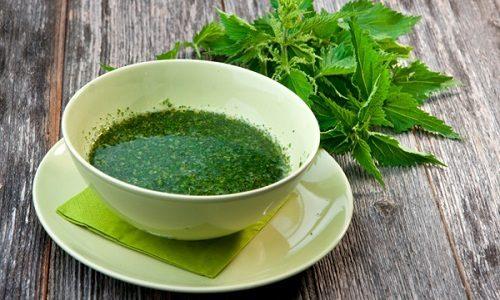 Эффективна при варикозе настойка из крапивы, пить которую нужно 3 раза в день