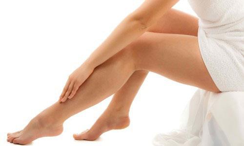 У пациентов, страдающих тромбозами и варикозом, может наблюдаться посттромбофлебитический синдром, признак которого – это трофическая язва на ноге