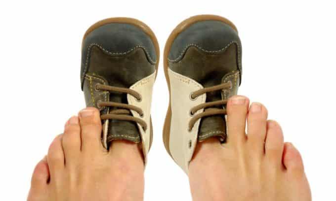 Существует несколько причин и предрасполагающих факторов к развитию онихокриптоза, среди них ношение слишком узкой обуви