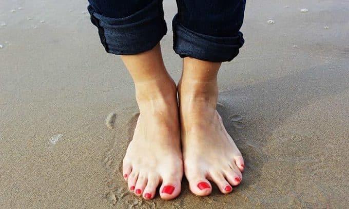 Размягчать ногтевую пластину необходимо в том случае, если ноготь врос в мягкие ткани пальца