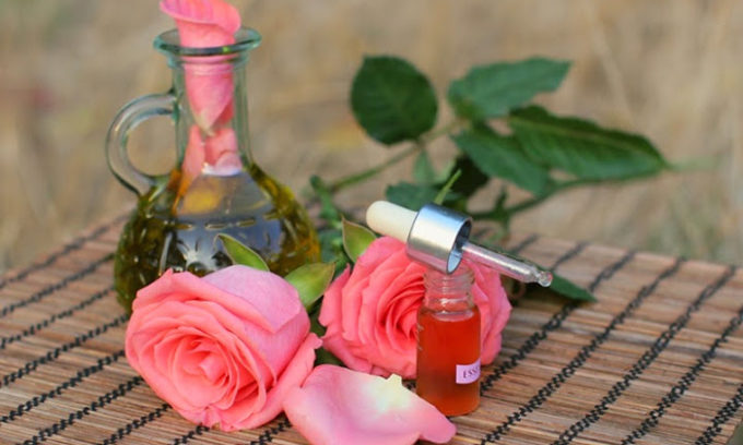 Эффективным методом лечения является массаж с нанесением розового масла