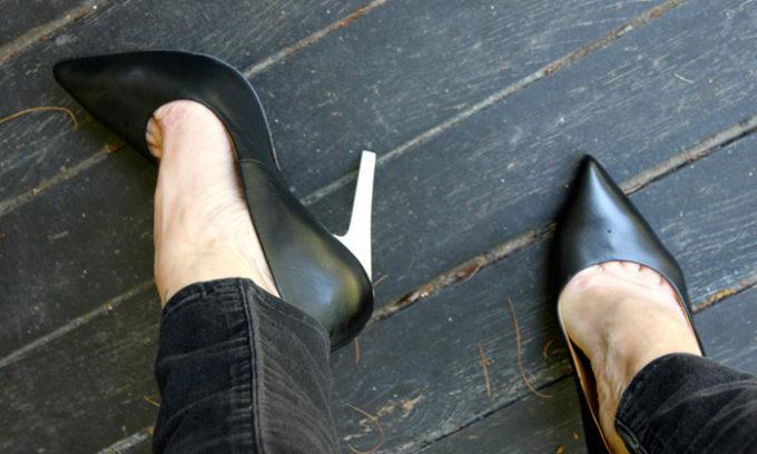 Тесная обувь - одна из причин врастания ногтя