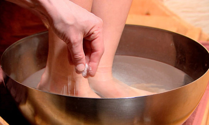 Одним из самых эффективных методов лечения, когда ноготь врос в настоящее время, являются ванночки с поваренной (морской) солью