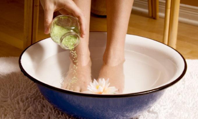 Существует большое количество различных методов снятия ногтевой пластины посредством ванночек, компрессов, мазей и прочих хитростей