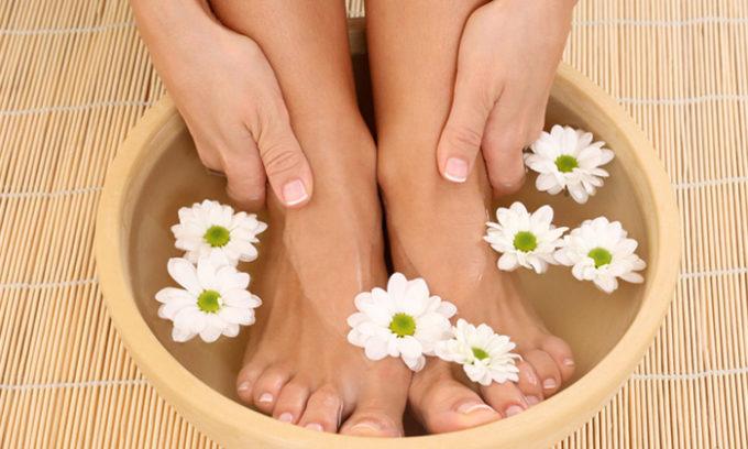 Лечебные ванночки из ромашки эффективно помогают против вросшего ногтя