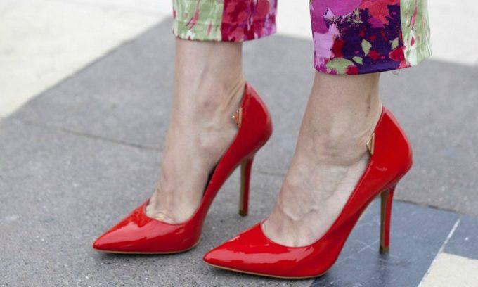 Продолжительное пребывание в неудобной обуви может стать причиной деформации ногтя