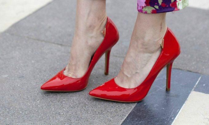 Онихокриптоз может развиться у женщины, которая носит слишком узкую обувь