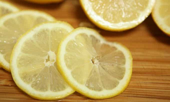 Избавиться от проблемы, поможет цедра лимона и небольшое количество растительного масла