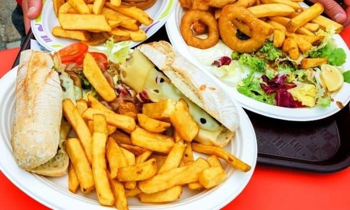 Плоскостопие появляется у людей, которые употребляют не слишком полезную пищу для организма