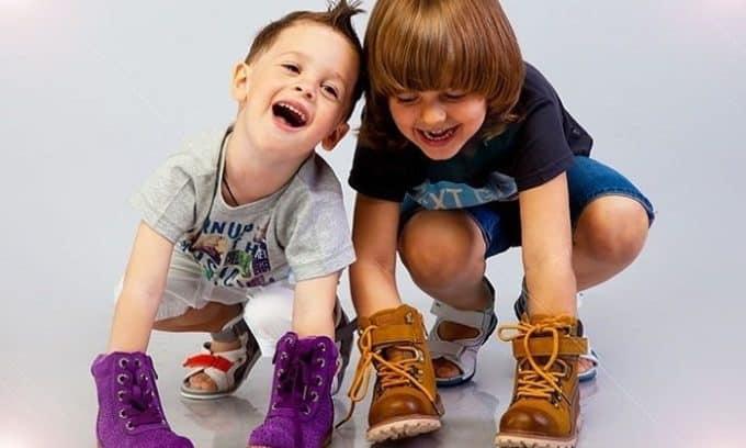 Плоскостопие очень часто развивается у детей, которые вынуждены донашивать чужую обувь