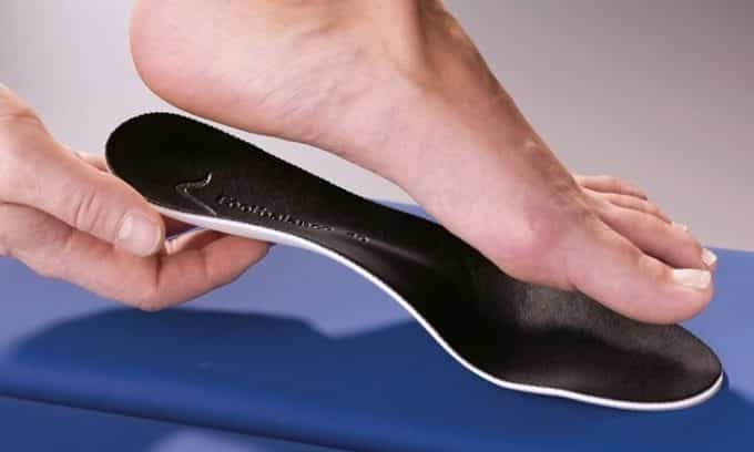 Для устранения неприятных ощущений человеку рекомендуют носить ортопедические стельки