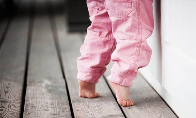 Изменение походки, ходьба на носочках и косолапие могут развить плоскостопие у детей до года