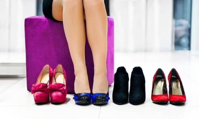 Ношение обуви узких моделей, приобретение обуви из синтетических тканей, примерка посторонней обуви – главные причины появления грибка