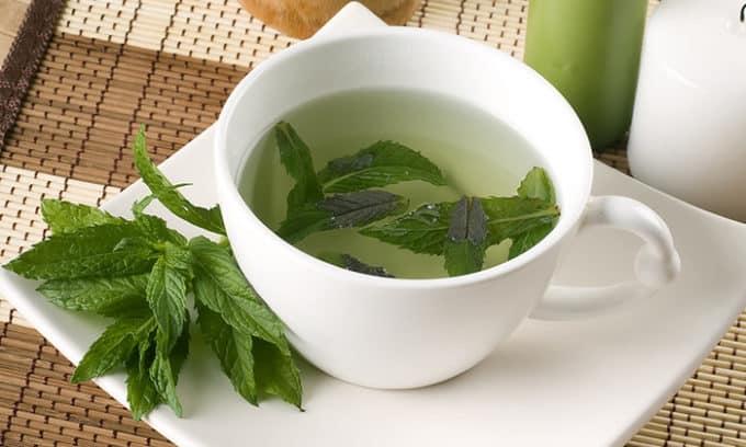 В монастырский чай добавляют мяту перечную, которая уменьшает воспалительные процессы, реконструирует слизистую желудка