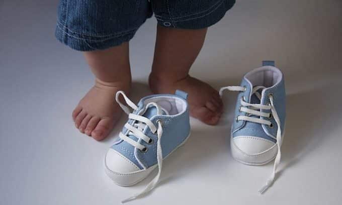 Для первых шагов малыша специалисты рекомендуют выбирать плотно прилегающие модели туфелек с фиксирующими застёжками (шнурки, липучки)