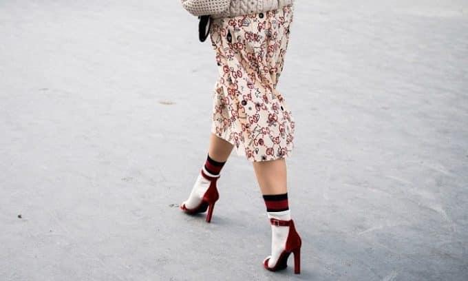 О развитии плоскостопия могут говорить болевые ощущения стоп во время ходьбы на каблуках